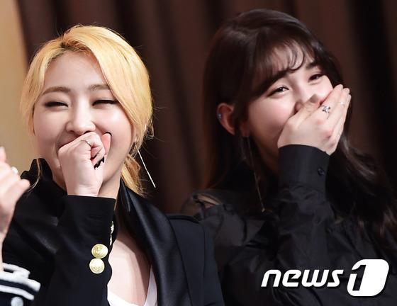 가수 공민지, 전소미(오른쪽)가 8일 오후 서울 영등포 타임스퀘어에서 열린 kbs2 예능 프로그램 '언니들의 슬램덩크2' 제작발표회에 참석해 미소를 짓고 있다.
